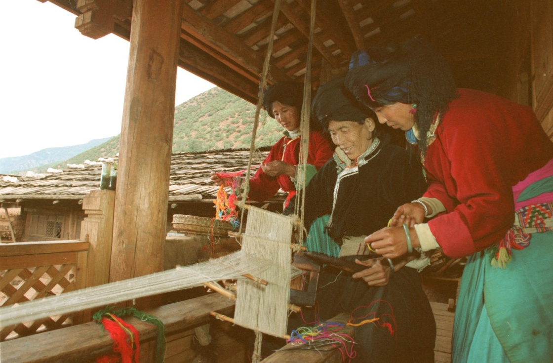 Amma enseigne le tissage à sa Dabu
