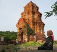 Une femme Cham devant les ruine du royaume matriarcal du Champa