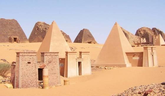 Matriarcat Nubien (Soudan) : les reines noires de Koush face à l'empire romain Sudan_meroe_pyramids_30sep2005_2