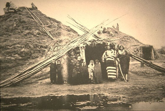 Village Pawnee, vers 1875. Huttes en terre