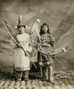 Homme et femme Tlingit, en costume de dance Potlatch, Alaska