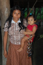Jeune mère Warao au Vénézuéla