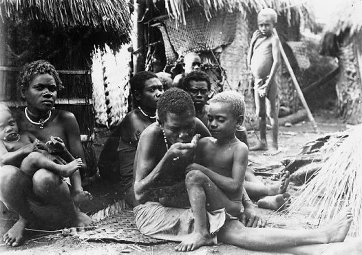 Femme et enfant, village de pêcheurs, Baie Blanche, Nouvelle Bretagne orientale
