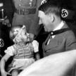 Adolphe Hitler et une petite fille