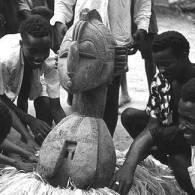 Peuple Baga préparant le masque de la déesse Nimba